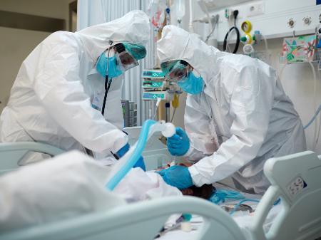 Preço dos remédios do 'kit intubação' tem aumento de até 894%, diz estudo